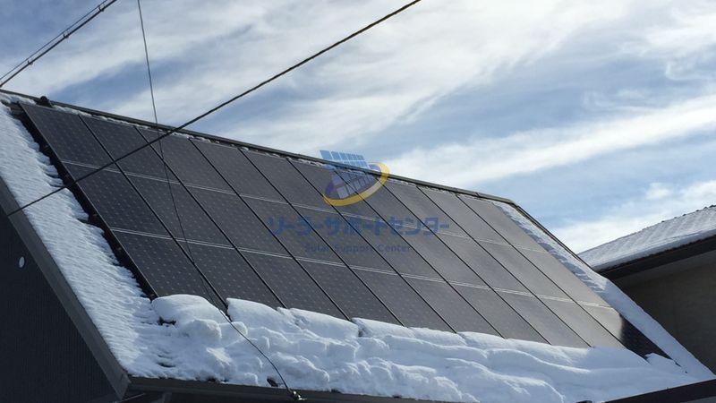 屋根に設置した太陽光パネルに積もった雪