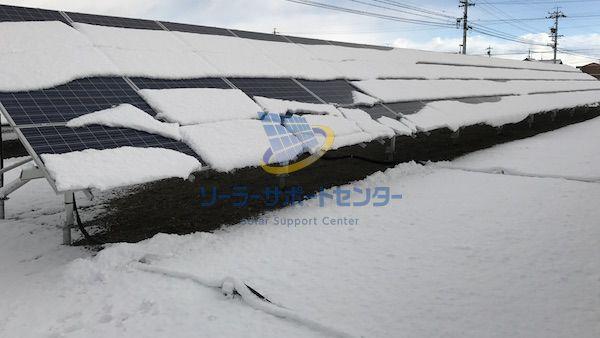 太陽光パネルに雪が積もった写真