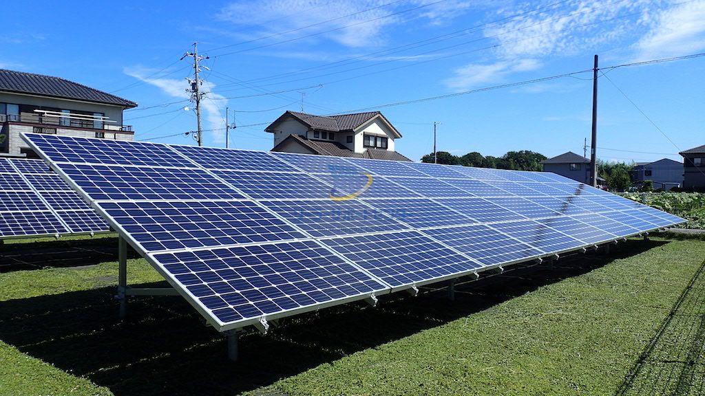 雑草対策としてクラピアが繁茂した太陽光発電所の写真