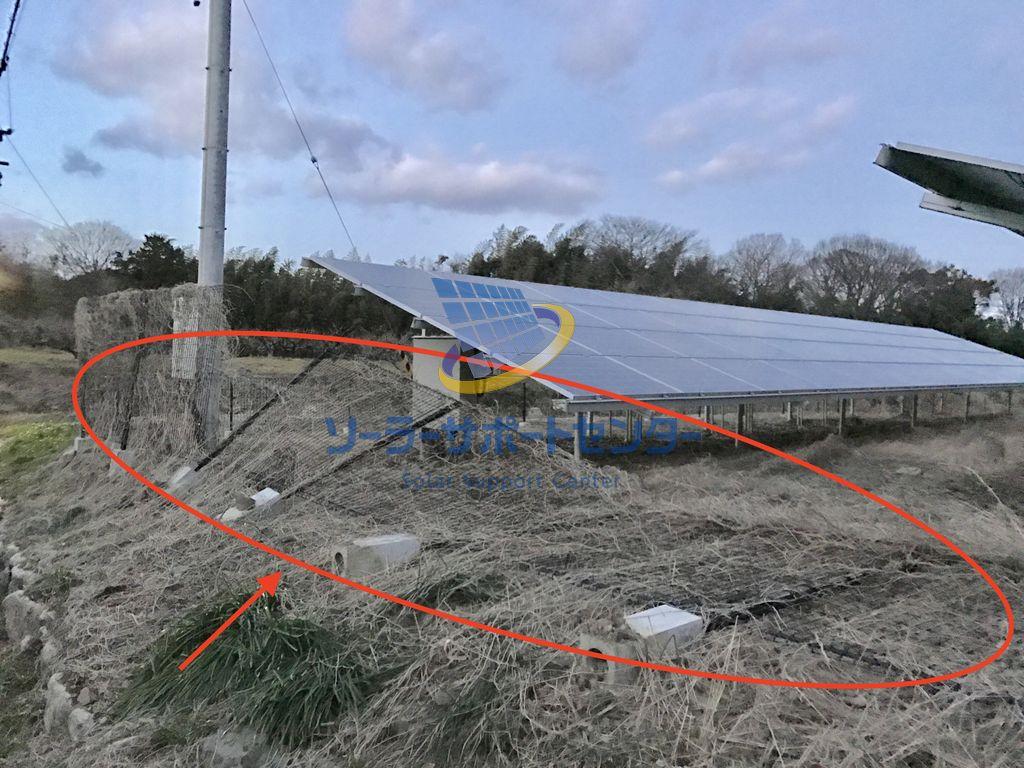 基礎が抜けて倒れた太陽光発電設備のフェンス