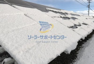 パネルから雪が落ち始めている写真