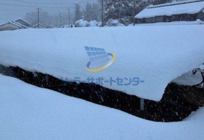 太陽光パネルに雪が積もった状態の写真