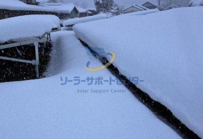 雪に埋もれた野立て太陽光発電