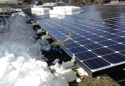 雪を下ろした後の太陽光パネル