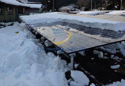 雪下ろし中の太陽光発電