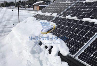 太陽光パネルから自然に雪が落ちていく写真