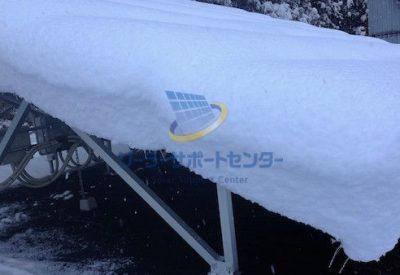 太陽光パネルに積もった雪を横から撮影した写真