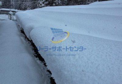 太陽光パネルに雪が積もっている写真
