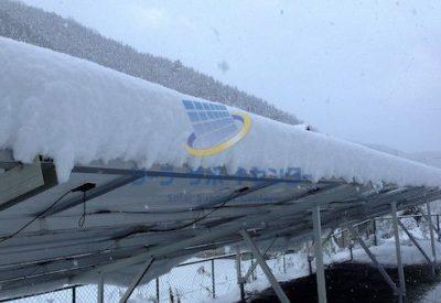 雪が積もった太陽光パネルを、裏側から見た写真