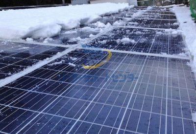 太陽光パネルの雪下ろし作業途中の写真