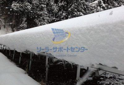 太陽光パネルの上に積もった雪