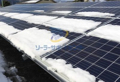 太陽光パネルの上に残っている雪の写真