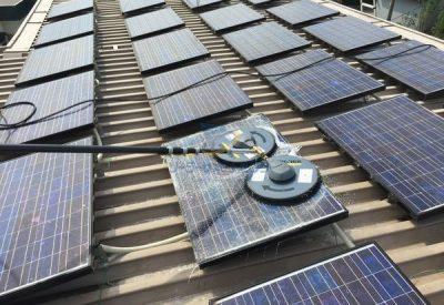 高圧洗浄機(isolar)で太陽光パネルを洗浄中