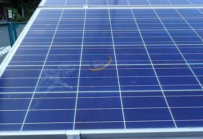 太陽光パネルに残った鳥のフンの痕跡