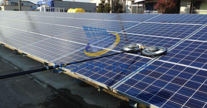 清掃中の太陽光パネル