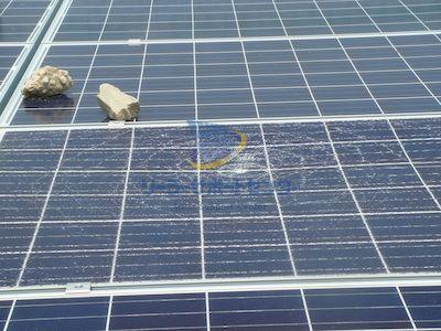 投石による太陽光パネルの破損