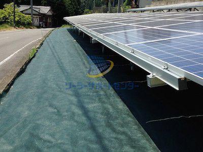 防草シートを敷設した太陽光発電所
