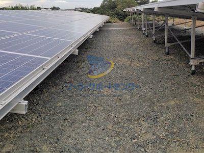 砕石を敷いた太陽光発電所